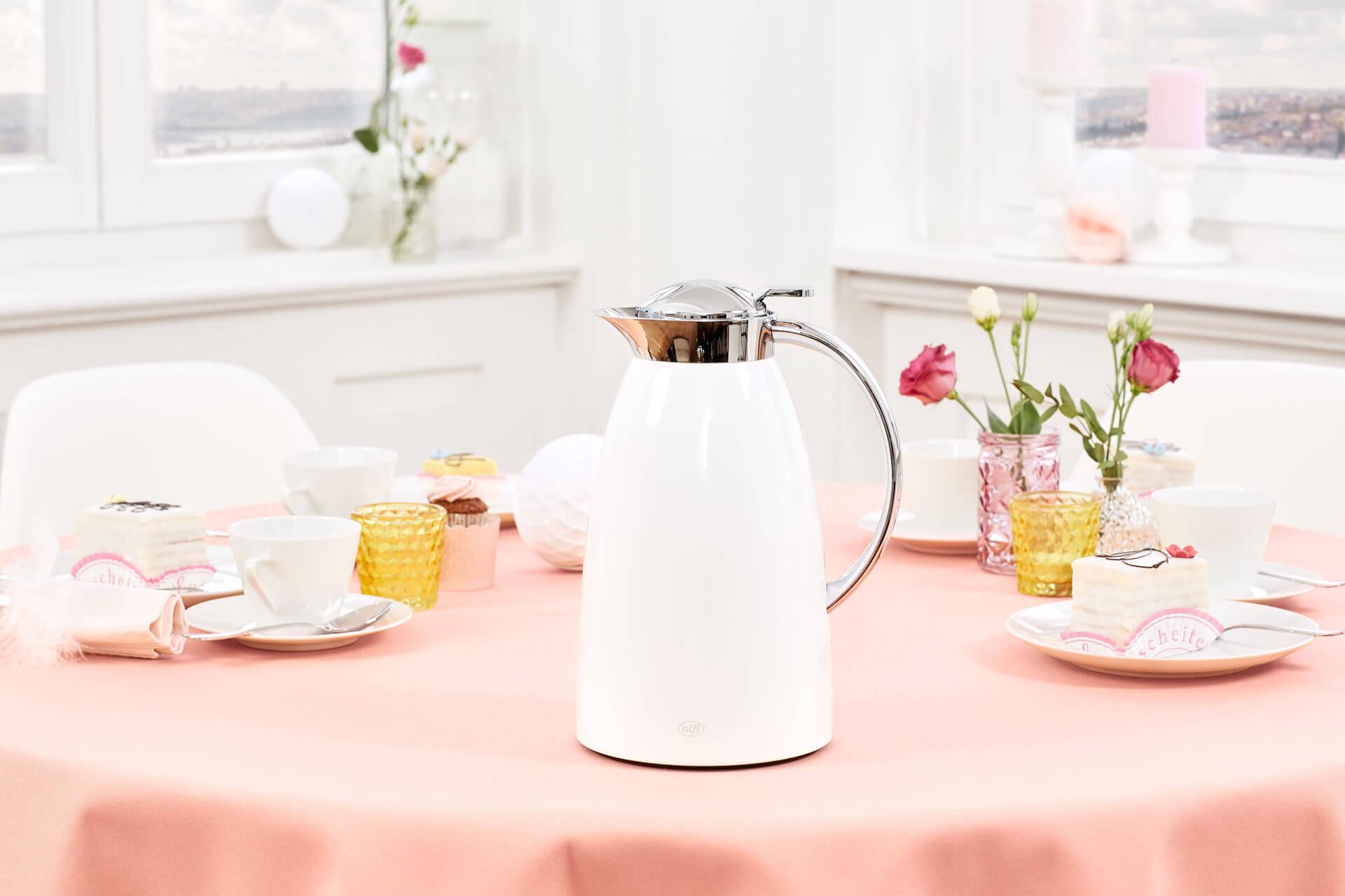 Markteinführung der weißen Gusto von alfi: Kanne auf einem schön gedeckten Kaffeetisch.